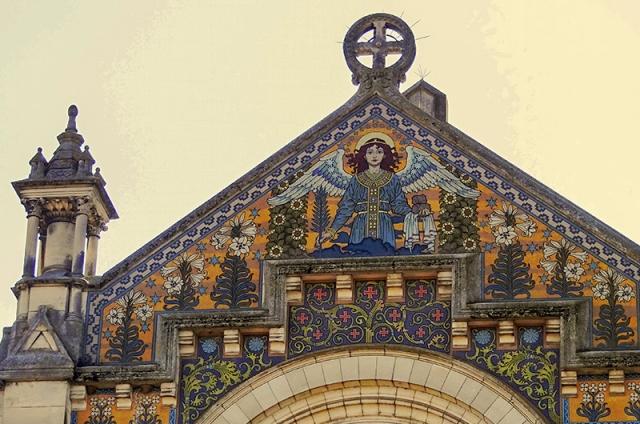 L'ange tient dans la palme du martyre de st-Etienne et les pierres de sa lapidation